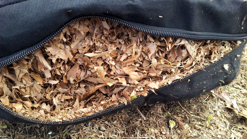 袋の中の破砕された落ち葉