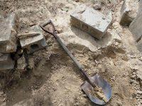 固まった土砂に埋もれたコンクリートブロック